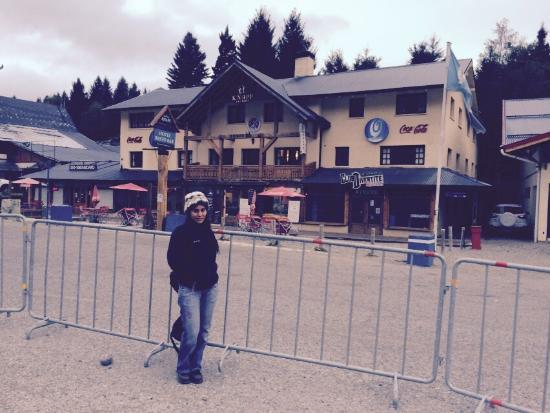 Knapp Legendary Ski Hotel: Esta es la fachada del hotel. en frente donde estoy es el estacionamiento del cerro catedral.