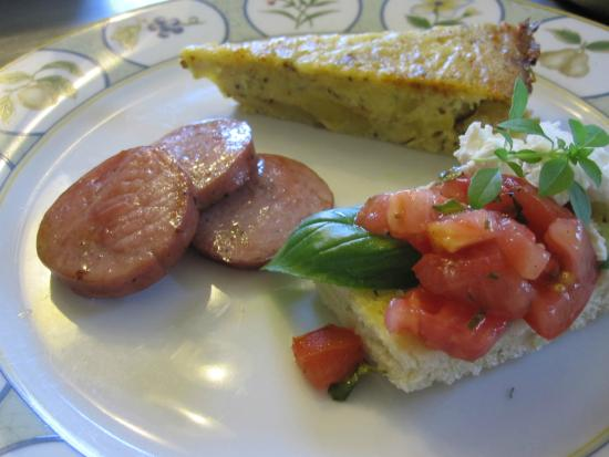 Green Woods Inn: Frittata tomato bruschetta and kobasa
