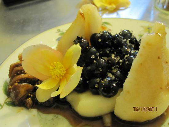 Green Woods Inn: Poached pear with local blueberries