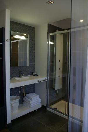 Salle de bain ouverte sur côté chambre - Photo de Hotel Castel Beau ...