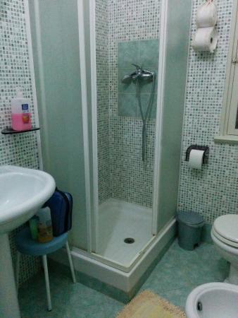 Lucky House: Salle de bains collective, porte entrée, couloir