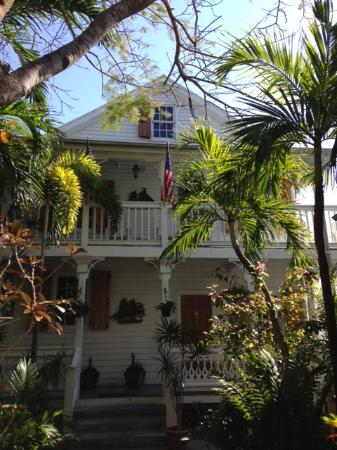 Key West Harbor Inn: Front of the first building you see after walking through the main gate.