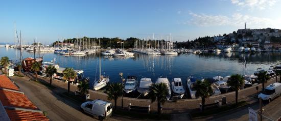 Riva Appartements: Aussicht vom Balkon auf den Hafen von Vrsar