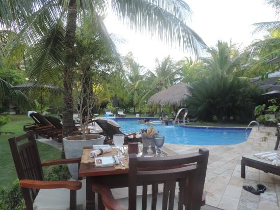Casa Acayu Pousada & Bungalows : Piscina e mesa de refeição