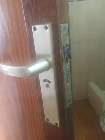 Boston Bungalows : Lock didn't work, and the door wouldn't actually close properly