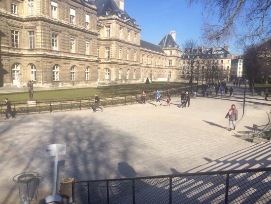 Paris, Frankrike: Pessoas fazendo exercício físico e aproveitando o domingo
