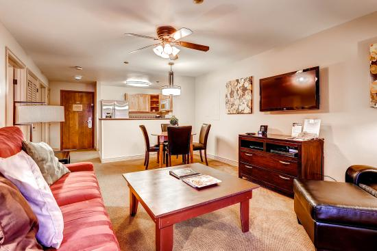 Falcon Point Resort: Low ceiling 1 bedroom
