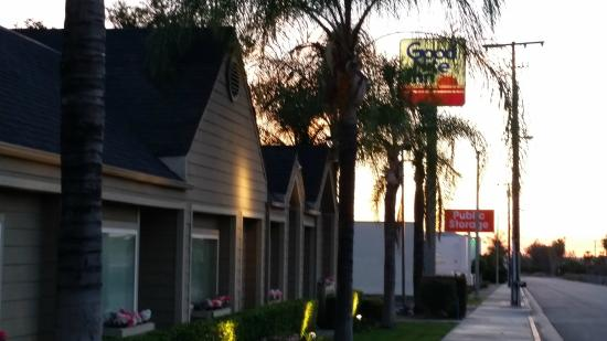 Good Nite Inn Redlands: The front of the motel from the sidewalk of the frontage road