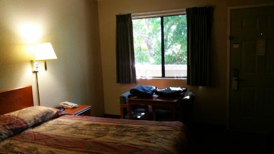 Good Nite Inn Redlands: Looking toward the entrance to the room. Note the trees screening the room from the parking lot