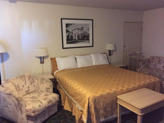 Royal Plaza Inn: Lots of room in the bedroom