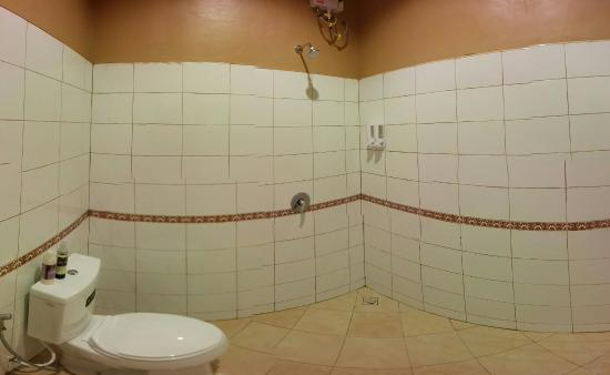 Lanta Klong Nin Beach Resort: Empty Bathroom