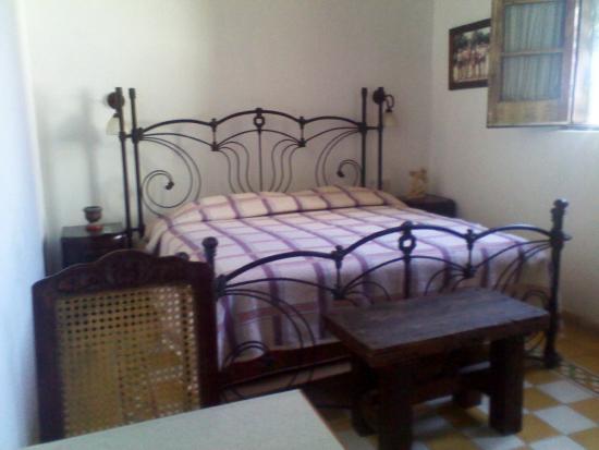 Hotel Machado: Cama tamaño rey habitación E