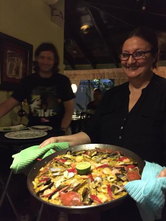 Restaurante La Farola : Paella served by owner chef