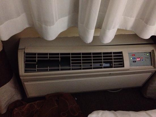 Comfort Suites: Broken AC/Heat vents