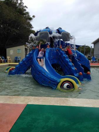 Middle Rock Holiday Resort: Kids playing in the kids pool.