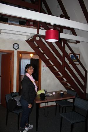 Arrowtown Viking Lodge Motel: Stairs to the upstairs area and the dining table