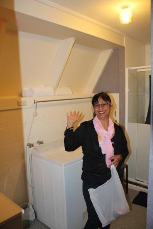 Arrowtown Viking Lodge Motel: laundry and batroom