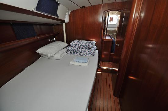 Singular Sailing Charter: Camarote -  Velero la Musa