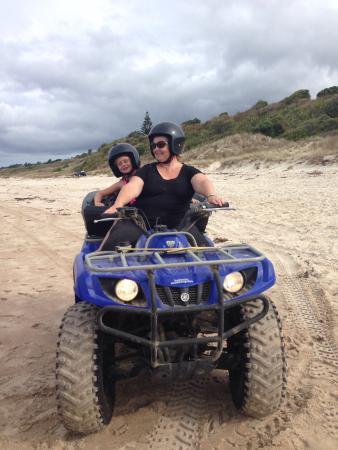 Houhora, Nouvelle-Zélande : Girls having fun on quads