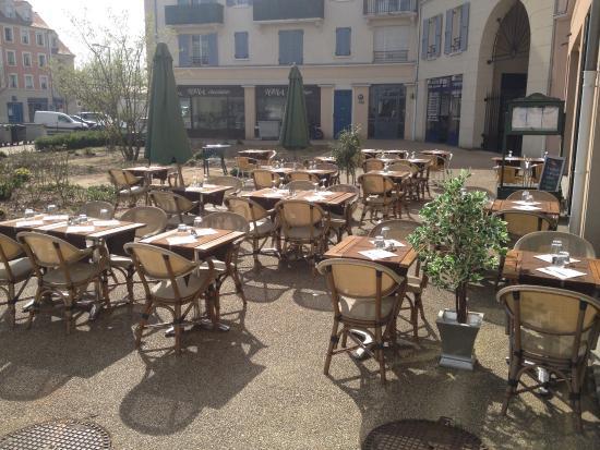 Vaureal, Frankrike: Enfin le soleil. La terrasse est prête.