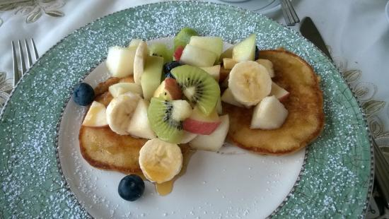 Findus House: Pancakes with fresh fruit and maple syrup