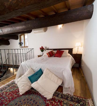camera da letto soppalco - Foto di Accademia Residence, Prato ...