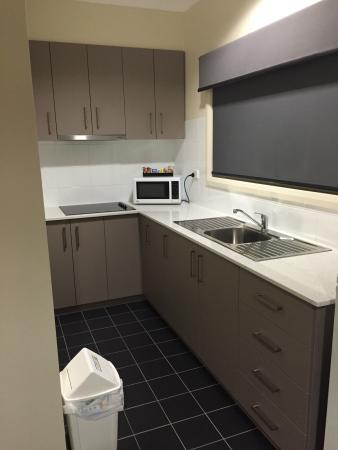 Bishops Lodge Motor Inn: Kitchen area for 1BR apartment