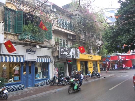 Flower Hotel: Уличные виды на выходе из отеля