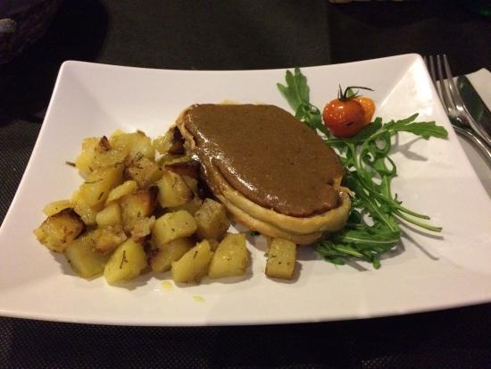 Mai Domo: Arista di maiale in crosta con letto di patate e crema ai funghi porcini. OTTIMO.