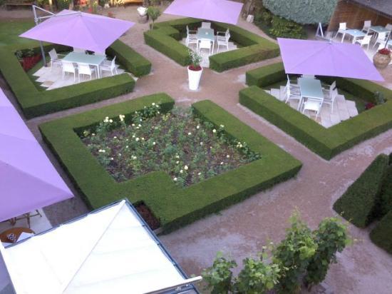 Restaurant La Pyramide : ホテル客室から中庭(カフェ&レストラン)を望む