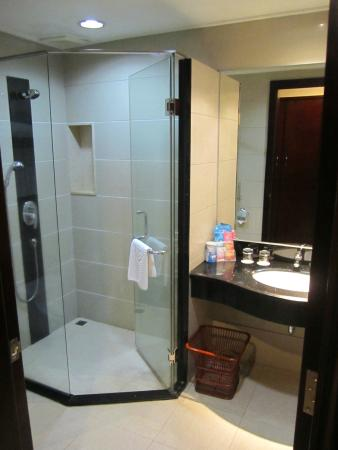 Global Business Hotel: Salle de bain spacieuse !