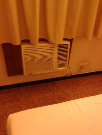 Hotel Samraj: Window AC