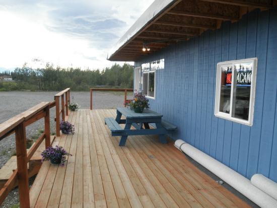 Alaska Range Motel : Deck around office area