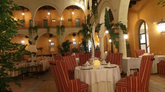Hacienda Montija: Dineren in grote binnenruimte. Alle kamers komen hier op uit.