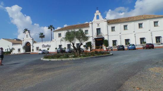 Hacienda Montija: Buitenzijde hotel. Rustig gelegen. Voorseizoen. Weinig begroeiing