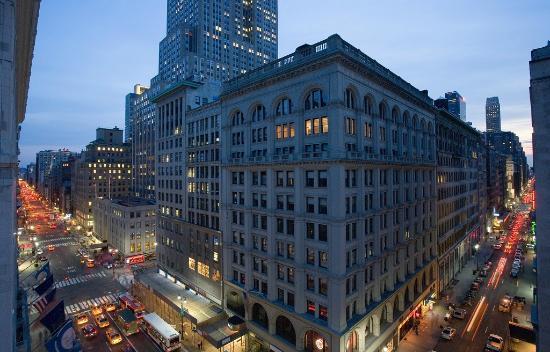 U Hotel Fifth Avenue: Dusk Street View