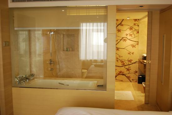 The Garden Hotel Guangzhou: Vista Baño De Habitacion Suite