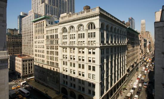 U Hotel Fifth Avenue: Day street View