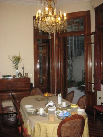 El Edificio de los Pavos Reales: Dining room looking out to patio