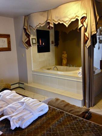 Bayberry Inn of Newport : The Honeymoon Suite
