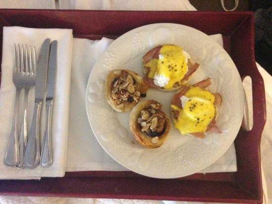 Bayberry Inn of Newport : Breakfast In Bed