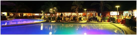 Royam Hotel: La terrasse du restaurant le soir