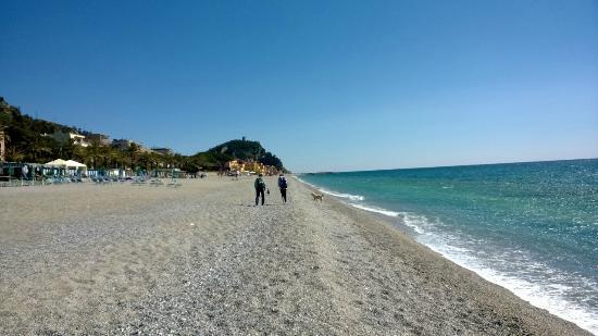 Matrimonio Spiaggia Varigotti : Spiaggia lunga e bianca foto di baia dei saraceni