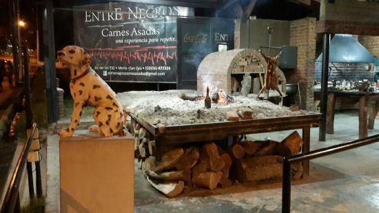 Entre Negros Carnes Asadas : Asador y horno de barro