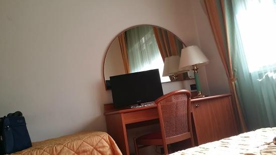 Hotel Cristallo: Il grosso del mobilio. Sul tavolo non si può lavorare per la presenza della tv