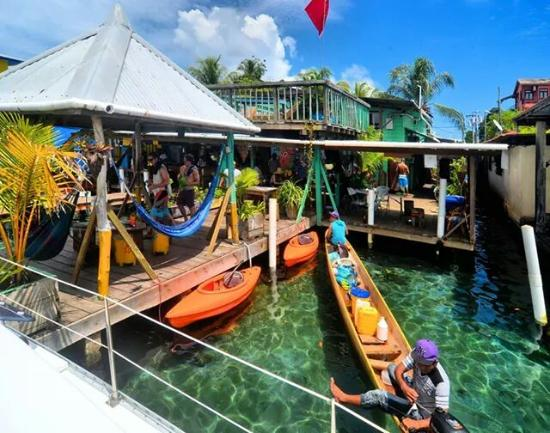 Casa Verde Hostel & Guesthouse: view from the water