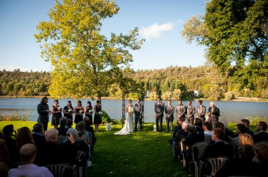 Cove Country Inn Resort & Spa: Wedding on the Pond