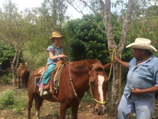 Hacienda el Divisadero: Santiago helping a young cowgirl