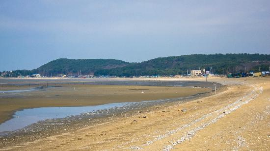 Hotel Yegrina: beach at low tide