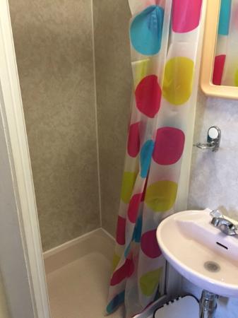 porte de la cabine de douche cassée remplacée par un rideau ...